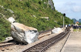 Sạt lở núi đá vôi tại Quảng Bình: Đã cẩu được 3 khối đá lớn ra khỏi đường sắt