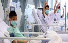 Hình ảnh đội bóng nhí Thái Lan lần đầu xuất hiện sau khi được giải cứu