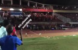 U19 Indonesia gục ngã ở chấm 11m, CĐV chủ nhà ném chai lọ về phía U19 Malaysia