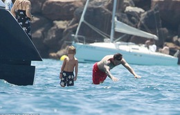 Messi tranh thủ đi tắm biển trước khi trở lại Barcelona