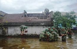 Hà Tĩnh: 300 cán bộ chiến sỹ giúp dân sửa nhà bị tốc mái