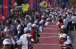 Campuchia lập kỷ lục Guinness khăn rằn Krama dài nhất thế giới