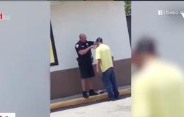 Cảnh sát Mỹ cạo râu cho người vô gia để đi phỏng vấn xin việc