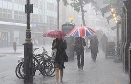 Nước Anh đối mặt với mưa bão sau nắng nóng