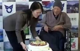 Cụ ông già nhất thế giới 113 tuổi vẫn thích ăn kẹo