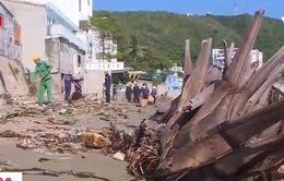 Vũng Tàu: Hàng chục tấn rác dạt vào bãi tắm mỗi ngày