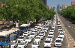Biểu tình lan rộng phản đối dịch vụ taxi Uber tại Tây Ban Nha và Chile