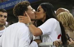 Tuyển thủ Anh hôn vợ say đắm sau khi Tam sư lọt vào tứ kết World Cup