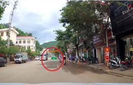 Rơi tấm bạt che từ xe tải, nam thanh niên đi xe máy ngã nhào xuống đường