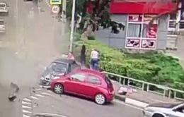 Lái xe ngủ gật, xe hơi lao vào người đi bộ tại Nga