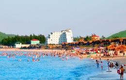 Hà Tĩnh: Người dân và du khách đổ về bãi biển tránh nóng