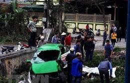 Tàu hỏa đâm và kéo lê ô tô con ở Phú Yên, 2 người bị thương