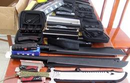 An Giang: Nhân viên công ty giao hàng nộp lượng lớn vũ khí thô sơ, công cụ hỗ trợ