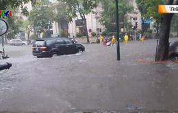 Hà Nội cứ mưa là ngập: Vì đâu nên nỗi?