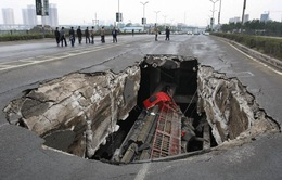 """Trung Quốc: Kéo xe khỏi miệng """"hố tử thần"""" trong gang tấc"""