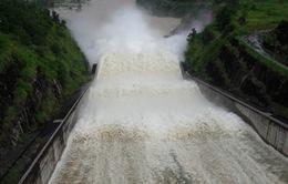 Đóng 1 cửa xả đáy hồ thủy điện Sơn La