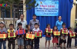 Trao 500 cặp phao cứu sinh cho học sinh vùng lũ Phú Yên