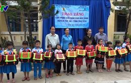 Phú Yên trao 500 cặp phao cứu sinh cho học sinh vùng lũ