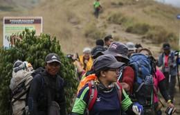 Indonesia sơ tán hơn 1.000 người mắc kẹt do động đất