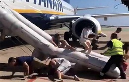 Điện thoại phát nổ trong lúc máy bay chuẩn bị cất cánh, hành khách hoảng loạn
