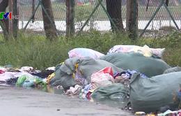 """Dân TP.HCM """"kêu trời"""" vì rác thải tràn lan gây ô nhiễm"""