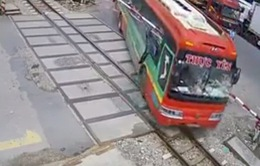 Thanh Hóa: Xe khách lao thẳng vào gác chắn, kính xe bị xuyên thủng