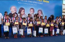 Tặng quà hỗ trợ học sinh và hộ nghèo Bình Định, Quảng Ngãi