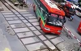 Thanh Hóa: Xe khách đâm vào gác chắn tàu