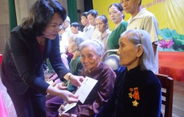 Phó Chủ tịch nước tặng quà cho gia đình chính sách tại Quảng Ngãi