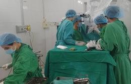 Cận cảnh khối u tủy sống dài 10cm gây tê liệt chân
