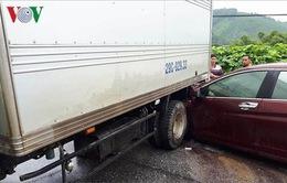 Ô tô con chui vào đuôi xe tải, Quốc lộ 3 ùn tắc