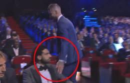 """Ramos """"trêu ngươi"""" Salah sau khi giành giải Hậu vệ xuất sắc nhất UEFA"""