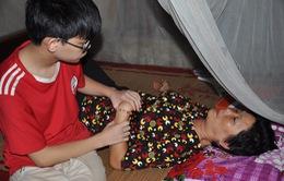 Đau đớn cảnh mẹ tai biến nhịn ăn để nhường cho con trai mù bát cơm