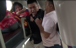 """Quảng Ngãi: Khống chế """"ngáo đá"""" tấn công hành khách trên xe đò"""
