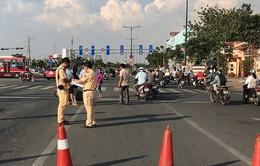 Ô tô đi vào đường cấm, lùi trúng nhiều xe máy rồi bỏ chạy