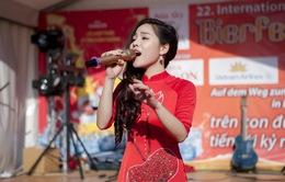 Sao mai Mai Diệu Ly diện áo dài đỏ rực hát tại lễ hội bia quốc tế Berlin