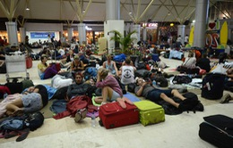 Hàng ngàn du khách ăn chực nằm chờ ở sân bay Lombok sau động đất
