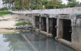 Nước thải bị xả trộm, chảy ồ ạt ra biển Đà Nẵng
