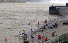 Người già, trẻ nhỏ vô tư tắm trên sông Đà bất chấp thủy điện xả lũ