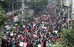 Biểu tình sau tai nạn giao thông làm tê liệt thủ đô Dhaka, Bangladesh