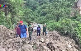 Chiến sĩ biên phòng vượt đường sạt lở, giúp người dân Lai Châu sau mưa lũ