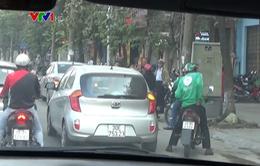 Taxi tràn lan trước cổng các bến xe