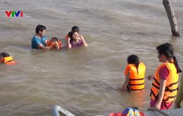 Phụ huynh vùng lũ Đồng Tháp tự dạy bơi cho trẻ