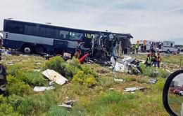 Xe đầu kéo đâm xe bus ở Mỹ, ít nhất 4 người thiệt mạng