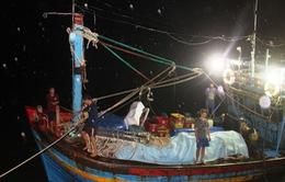 Cứu 10 ngư dân Bình Định gặp nạn trên biển