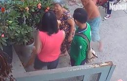 Hàng xóm đánh nhau chỉ vì... chó thả rông