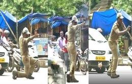Ấn Độ: Cảnh sát vừa nhảy vừa điều khiển giao thông