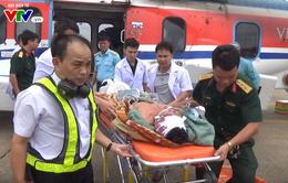 Bay trong đêm đưa 2 ngư dân gặp nạn trên biển về đất liền cấp cứu