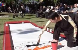 Vẽ tranh bằng… tay giả