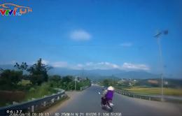 Xe máy bẻ lái sang đường đột ngột, suýt đâm vào ô tô